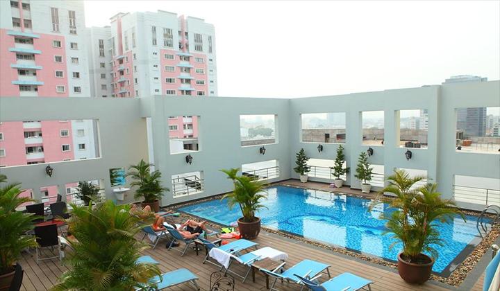 Hồ bơi khách sạn sân land quận 1